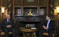 El primer ministro ruso Dmitry Medvedev (a la derecha) conversa con su par ucraniano Mykola Azarov durante una reunión en Moscú. Rusia informó el martes a Ucrania que había transferido el primer tramo de 3.000 millones de dólares de un rescate de 15.000 millones, que forma parte de los planes para mantener a Kiev dentro de la órbita de Moscú y lejos de la Unión Europea. REUTERS/Yekaterina Shtukina/RIA Novosti/Pool IMAGEN PROVISTA POR UN TERCERO. ES DISTRIBUIDA EXACTAMENTE COMO FUE RECIBIDA POR REUTERS, COMO UN SERVICIO A CLIENTES.
