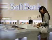 Le groupe japonais SoftBank Corp en est à l'étape finale des négociations avec Deutsche Telekom, maison mère de T-Mobile USA, concernant le rachat de l'opérateur de téléphonie mobile américain, rapporte mardi l'agence de presse Nikkei, citant des sources non identifiées. /Photo prise le 11 juin 2013/REUTERS/Yuya Shino