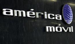 AT&T vendió en diciembre una parte de su tenencia accionaria en su aliado América Móvil, el gigante mexicano de las telecomunicaciones controlado por el magnate Carlos Slim. En la foto de archivo, el logo de América Movil en las oficinas de la compañía en la ciudad de México. Feb 8, 2011. REUTERS/Henry Romero (MEXICO - Tags: BUSINESS) - RTXXMDV