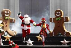 Santa Claus partió a la hora prevista desde el Polo Norte, según el comando militar estadounidense que tradicionalmente sigue la trayectoria del trineo guiado por renos para millones de niños. En la foto del lunes, un evento navideño en la capital de Perú. Dic 23, 2013. REUTERS/Enrique Castro-Mendivil