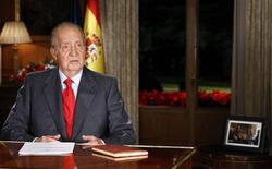 Spanish King Juan Carlos speaks during his traditional Christmas message at Zarzuela Palace in Madrid December 24, 2013. REUTERS/Andres Ballesteros