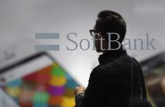 Selon des sources proches du dossier, le groupe japonais SoftBank négocie le rachat de l'opérateur de téléphonie mobile américain T-Mobile avec sa maison mère, Deutsche Telekom, et discute du financement de l'opération avec des établissements bancaires. /Photo d'archives/REUTERS/Yuya Shino