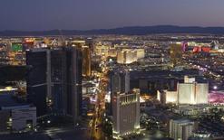 Un chauffeur de taxi de Las Vegas a offert un cadeau de Noël avant l'heure à un passager distrait en lui rapportant le sac qu'il avait oublié sur sa banquette arrière avec 300.000 dollars en liquide à l'intérieur, rapporte le Las Vegas Sun. /Photo d'archives/REUTERS/Las Vegas Sun/Steve Marcus