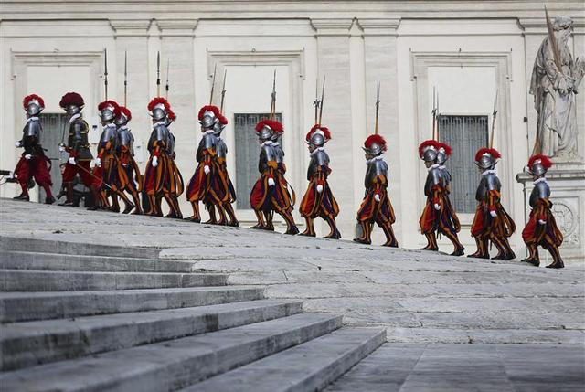 Swiss Guards march as they arrive before Pope Francis' ''Urbi et Orbi'' (to the city and world) message from the balcony overlooking St. Peter's Square at the Vatican December 25, 2013. REUTERS/Alessandro Bianchi