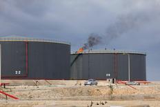 Нефтехранилища на НПЗ в ливийском городе Эз-Завия 18 декабря 2013 года. Цены на нефть Brent превысили $112 за баррель, достигнув максимума трех недель, в связи с нестабильной обстановкой в некоторых африканских странах-поставщиках нефти. REUTERS/Ismail Zitouny