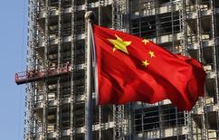Selon un rapport gouvernemental cité par l'agence officielle Chine nouvelle, la croissance de l'économie chinoise devrait s'établir à 7,6% cette année, soit un peu plus que l'objectif affiché de 7,5% et un peu moins que les 7,7% réalisés l'an dernier. /Photo prise le 4 novembre 2013/REUTERS/Kim Kyung-Hoon