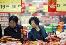 Покупатели в супермаркете в китайском городе Хуайбэй в провинции Аньхой 9 ноября 2013 года. Экономический рост Китая, вероятно, составит 7,6 процента в этом году, согласно докладу правительства, процитированному госагентством Синьхуа. REUTERS/Stringer