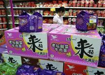 Женщина выбирает лапшу в супермаркете в Ичане, провинция Хубэй 7 августа 2009 года. Продажи подарочных продуктовых корзин резко упали в Китае в 2013 году, пав жертвой антикоррупционной кампании. REUTERS/China Daily