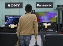 Sony et Panasonic ont renoncé à développer en commun des écrans de télévision à diode électroluminescente organique (Oled), un segment où leurs concurrents coréens ont pris l'avantage. /Photo d'archives/REUTERS/Kim Kyung-Hoon