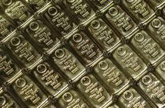 Слитки золота в штаб-квартире GSA в Вене 22 июля 2013 года. Цены на золото слабо растут при небольшом объеме торгов, но могут завершить год наиболее резким падением более чем за 30 лет из-за подъема на фондовых рынках и оптимистичного прогноза для мировой экономики. REUTERS/Leonhard Foeger