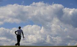 Американский гольфист Тайгер Вудс на турнире British Open в Шотландии 18 июля 2013 года. REUTERS/Brian Snyder