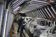 Funcionários fazem o polimento de carros da Ford em uma linha de montagem da Ford em São Bernardo do Campo. O Índice de Confiança da Indústria (ICI) avançou 1,1 por cento em dezembro em relação ao registrado no final do mês anterior, ao passar a 100,1 pontos, ante 99 pontos, informou a Fundação Getúlio Vargas nesta quinta-feira. 13/08/2013 REUTERS/Nacho Doce