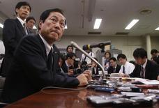 O presidente do Mizuho Financial Group, Yasuhiro Sato, participa de uma coletiva de imprensa na sede do Banco do Japão em Tóquio. O Mizuho Financial Group disse nesta quinta-feira que o presidente de seu Conselho de Administração Takashi Tsukamoto vai deixar o cargo em março para assumir a responsabilidade por um escândalo envolvendo empréstimos para o crime organizado. 26/12/2013 REUTERS/Yuya Shino