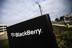 BlackBerry, à suivre jeudi sur les marchés américains. Mike Lazaridis, cofondateur du fabricant de smartphones, a ramené sa participation de 8% à 4,99% et dit qu'un groupe dont il fait lui-même partie avait renoncé à formuler une offre de rachat. /Photo d'archives/REUTERS/Mark Blinch