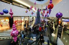 Consumidores andam sob decorações de Natal no shopping Sihlcity em Zurique. As vendas do comércio varejista para o Natal no Brasil tiveram em 2013 o menor crescimento em mais de uma década, refletindo o encarecimento do crédito, a menor confiança do consumidor e o elevado endividamento das famílias, afirmou a Serasa Experian. 22/12/2013 REUTERS/Arnd Wiegmann