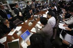 O presidente do Mizuho Financial Group, Yasuhiro Sato, fala durante uma coletiva de imprensa na sede do Banco do Japão em Tóquio. O presidente do Conselho do Mizuho Financial, Takashi Tsukamoto, vai deixar o cargo em março para assumir responsabilidade por um escândalo sobre empréstimos para o crime organizado, e o banco vai reestruturar o conselho para melhorar a governança. 26/12/2013 REUTERS/Yuya Shino