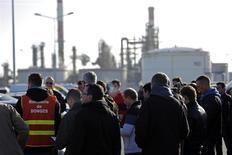 Trabajadores sindicalizados de Total frente a la refinería de Donges, cerca de Nantes, dic 20, 2013. Trabajadores de una de las tres refinerías francesas de Total afectadas por una huelga aprobaron levantar un paro iniciado hace casi dos semanas, aunque el personal de las otras dos plantas decidió extender su huelga, dijeron representantes de la Confederación General del Trabajo (CGT). REUTERS/Stephane Mahe