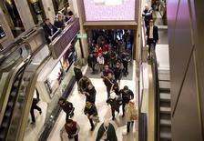 """Centre commercial jeudi à Londres. Selon le cabinet d'études Springboard, la fréquentation des magasins britanniques pour le """"Boxing Day"""", le lendemain de Noël qui marque le début des soldes d'hiver, a augmenté de 0,5% seulement par rapport à 2012. A Londres, où des boutiques avaient ouvert dès 06h00 du matin, plus d'un million de clients étaient attendus. /Photo prise le 26 décembre 2013/REUTERS/Neil Hall /Photo prise le 26 décembre 2013/REUTERS/Neil Hall"""