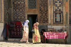 Women walk in Samarkand June 9, 2007. REUTERS/Maria Golovnina