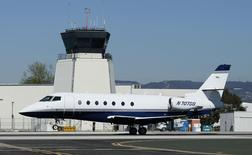 Un Gulfstream 200 sur l'aéroport californien de Santa Monica. Jusqu'à présent limité par une réglementation très stricte, le marché chinois des jets privés pourrait bien profiter de l'ouverture progressive du ciel à ces avions, appelés à devenir un nouveau signe extérieur de richesse, comme les Ferrari ou les Rolls-Royce ces dernières années. /Photo d'archives/REUTERS/Lucy Nicholson