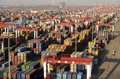 Le total des exportations et importations chinoises devrait atteindre 4.140 milliards de dollars cette année, une somme qui représente une hausse de 7% du commerce extérieur du pays par rapport à 2012 alors que l'objectif officiel était d'une progression de 8%. /Photo prise le 10 décembre 2013/REUTERS/China Daily