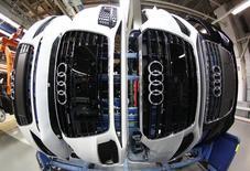 Audi, la marque haut de gamme du groupe Volkswagen, va investir quelque 22 milliards d'euros sur la période 2014-2018, somme qui sera consacrée au lancement de nouveaux modèles, à la construction d'usines et à la définition de technologies. /Photo d'archives/REUTERS/Michaela Rehle