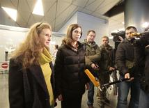 Pussy Riot members Nadezhda Tolokonnikova and Maria Alyokhina (L) talk to the media at Vnukovo airport in Moscow, December 27, 2013. REUTERS/Tatyana Makeyeva
