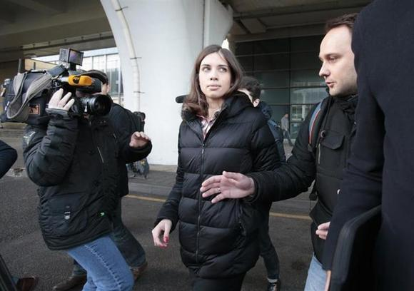 Pussy Riot member Nadezhda Tolokonnikova (C) walks outside Vnukovo airport in Moscow, December 27, 2013. The two members of Russian punk protest band Pussy Riot were freed from prison on Monday.REUTERS/Tatyana Makeyeva