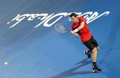 O britânico Andy Murray durante a quarta de final do Mubadala World Tennis Championship em Abu Dhabi. Murray ficou feliz com sua movimentação, embora não com o resultado, ao retornar às quadras com uma derrota no torneio de exibição de Abu Dhabi, esta semana, após 15 semanas afastado por causa de uma lesão. 26/12/2013 REUTERS/Ahmed Jadallah