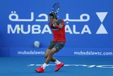 O espanhol Rafael Nadal faz uma devolução ao compatriota David Ferrer em Abu Dhabi. Permanecer em forma em 2014 é mais importante para Nadal do que ganhar mais títulos do Grand Slam além dos 13 que já possui, disse o tenista espanhol, número 1 do mundo, numa entrevista publicada na sexta-feira. 27/12/2013 REUTERS/Ahmed Jadallah
