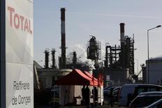 Trabalhadores sindicalizados da gigante francêsa Total reunidos em frente a refinaria de Donges. Os trabalhadores da refinaria Gonfreville, da Total, na França, concordaram em encerrar uma greve na sexta-feira, na última das cinco unidades paralisadas pelo movimento que começou há duas semanas e afetou mais de metade da capacidade de refino do país. 20/12/2013 REUTERS/Stephane Mahe