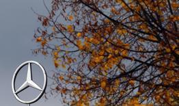Logitipo da montadora alemã Mercedes-Benz, subsidiária da Daimler AG, visto no topo de uma filial da Mercedes-Benz em Hanau, próxima a Frankfurt. Uma juíza norte-americana decidiu na quinta-feira que a Daimler AG e a Rheinmetall AG não podem ser responsabilizadas pelas acusações de terem cooperado com os crimes cometidos pelo regime do apartheid na África do Sul. 23/10/2013 REUTERS/Kai Pfaffenbach