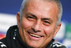 """Técnico do Chelsea, José Mourinho, é visto durante coletiva de imprensa em Basel, na Suíça, em novembro de 2013. Mourinho teve um típico momento politicamente incorreto nesta sexta-feira ao sugerir que uma """"pequena lesão"""" poderia tirar o atacante Luis Suárez, uma das principais peças do Liverpool nesta temporada, da partida contra o Chelsea em Stamford Bridge pelo Campeonato Inglês no domingo. 25/11/2013 REUTERS/Arnd Wiegmann"""