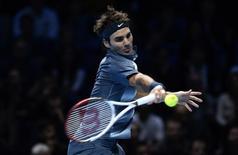 Tenista suíço Roger Federer é visto durante partida contra o espanhol Rafael Nadal, em Londres, em novembro. Federer disse nesta sexta-feira que incluiu em sua equipe técnica Stefan Edberg, o herói de sua infância, e que o utilizará de forma ocasional no ano que vem. 10/11/2013 REUTERS/Dylan Martinez