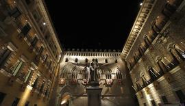 A sede do banco Monte dei Paschi, em Siena. O banco italiano foi forçado a adiar uma venda de ações de 3 bilhões de euros (4,1 bilhões de dólares) para levantar capital até meados de 2014 devido à oposição de acionistas, levando incerteza ao plano de retomada da instituição financeira. 16/08/2013 REUTERS/Stefano Rellandini