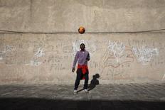 Brunel, um garoto de 14 anos de origem camaronesa, joga futebol no enclave espanhol de Melilla, no norte da África. A federação de futebol de Camarões vai enviar uma delegação para a Europa, numa tentativa de convencer os jogadores de origem camaronesa a aceitarem a convocação para a Copa do Mundo do ano que vem no Brasil. 07/12/2013 REUTERS/Juan Medina