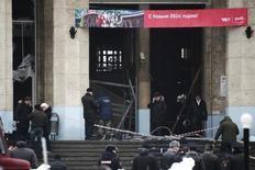 Работники следственного комитета на месте взрыва на вокзале Волгограда 29 декабря 2013 года. Смертница взорвала бомбу при входе на железнодорожный вокзал Волгограда. Взрыв, ставший второй кровопролитной трагедией на юге России за последние три дня, унес жизни, как минимум, 14 человек. REUTERS/Sergei Karpov