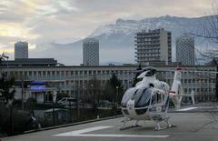 Um helicóptero do lado de fora do hospital CHU Nord em Grenoble, nos Alpes franceses, onde o sete vezes campeão mundial da Fórmula 1, Michael Schumacher, está hospitalizado após um acidente de esqui. Schumacher sofreu um ferimento grave na cabeça enquanto esquiava nos Alpes franceses, informou a mídia francesa neste domingo. 29/12/2013 REUTERS/Robert Pratta