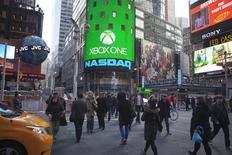 Vista del Times Square de Nueva York donde puede verse el logo del índice de acciones de empresas tecnológicas Nasdaq Composite. REUTERS/Carlo Allegri. Para los inversores en acciones de internet este fue un año emblemático: los papeles de muchas empresas duplicaron su valor al tiempo que los ingresos y las ganancias trepaban. Sin embargo, el auge no estuvo exento de ansiedad por los todavía incómodos recuerdos de la burbuja del sector en 1999 y la crisis que siguió.