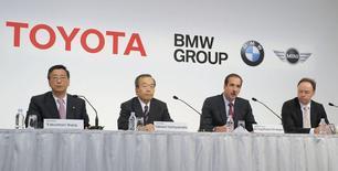 Conférence de presse commune entre les dirigeants de BMW et de Toyota. Selon le Frankfurter Allgemeine Zeitung, les deux constructeurs automobiles se sont mis d'accord sur l'élaboration d'une plateforme commune destinée à la construction d'une voiture de sport. /Photo d'archives/REUTERS/Kyodo