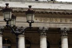 Les principales Bourses européennes ont ouvert sur une note stable lundi pour l'avant dernière journée de l'année, les investisseurs hésitant entre la prudence et la volonté de poursuivre sur le chemin des records. À Paris, le CAC 40 prend 0,02% à 4.272,68 points vers 08h15 GMT. À Francfort, le Dax cède 0,09% et à Londres, le FTSE abandonne 0,01%. L'indice paneuropéen EuroStoxx 50 perd 0,05%. /Photo d'archives/REUTERS/Charles Platiau