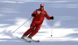 Piloto de Fórmula 1 Michael Schumacher esquia durante recesso de inverno de sua equipe, na Itália, 12 de janeiro de 2006. O alemão Michael Schumacher, piloto mais vitorioso da história da Fórmula 1, luta pela vida em um hospital da França após sofrer um acidente de esqui, disseram os médicos nesta segunda-feira, acrescentando ser cedo para fazer prognósticos. REUTERS/Alessandro Bianchi