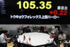 Empleados de un empresa de operaciones en mercados de divisas bajo una pantalla que muestra el tipo de cambio del yen contra el dólar, en Tokio, dic 30, 2013. La ansiedad de China y Corea del Sur por la rápida depreciación del yen japonés quedó al descubierto el lunes cuando altos funcionarios dijeron que sus exportadores podrían verse perjudicados por los intentos de Japón por sacar a su vacilante economía de una depresión de dos décadas. REUTERS/Yuya Shino