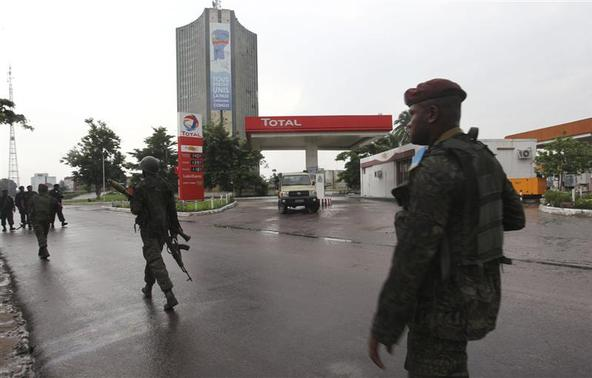 Congolese security forces secure the street near the state television headquarters in the capital Kinshasa, December 30, 2013. REUTERS-Jean Robert N'Kengo