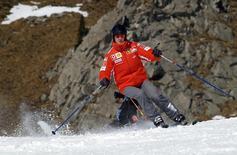O ex-piloto alemão de Fórmula 1 Michael Schumacher esquia no resort Madonna Di Campiglio, na Itália. Schumacher, piloto mais vitorioso da história da Fórmula 1, luta pela vida em um hospital da França após sofrer um acidente de esqui, disseram os médicos nesta segunda-feira, acrescentando ser cedo para fazer prognósticos. 13/01/2005. REUTERS/Pool/Ercole Colombo