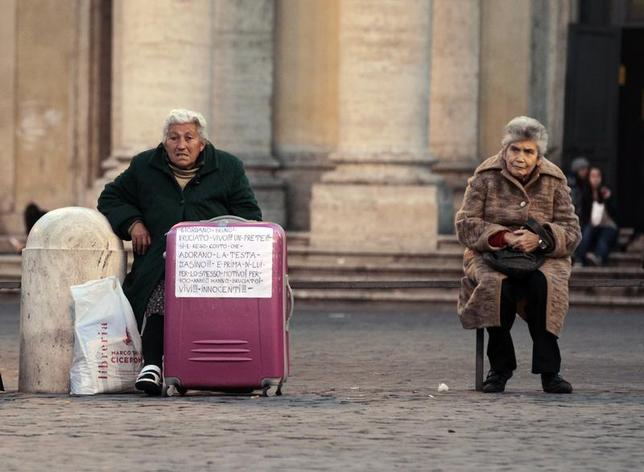 Two homeless women sit on a bench in downtown Rome November 25, 2011. REUTERS/Alessandro Bianchi