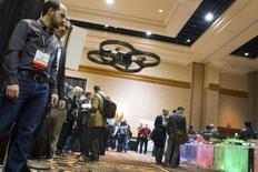 Démonstration du modèle de drone Parrot AR, à Las Vegas, en janvier dernier. Les autorités américaines ont annoncé lundi avoir autorisé sur six sites aux Etats-Unis des essais de drones civils destinés à différents usages, y compris commerciaux. /Photo prise le 6 janvier 2013/REUTERS/Steve Marcus