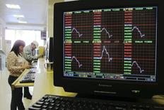 La Chine a autorisé mardi cinq entreprises à se faire coter sur des Bourses continentales, mettant ainsi fin à un gel d'un an pour les introductions en Bourse (IPO). Cette décision constitue une bonne nouvelle pour les plus de 750 entreprises candidates à une IPO en Bourse à Shanghai ou à Shenzhen mais elle risque aussi d'inquiéter les investisseurs qui ne veulent pas voir ces nouveaux entrants siphonner la demande pour les actions existantes. /Photo prise le 2 décembre 2013/REUTERS/China Daily