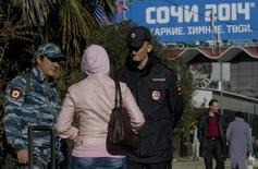 Полицейские разговаривают с прохожим в Сочи 30 декабря 2013 года. Администрация США обеспокоена возможностью подготовки исламистским подпольем акций, направленных на срыв Олимпийских игр в Сочи и предлагает властям России более тесное сотрудничество, несмотря на ухудшение отношений между Москвой и Вашингтоном. REUTERS/Maxim Shemetov