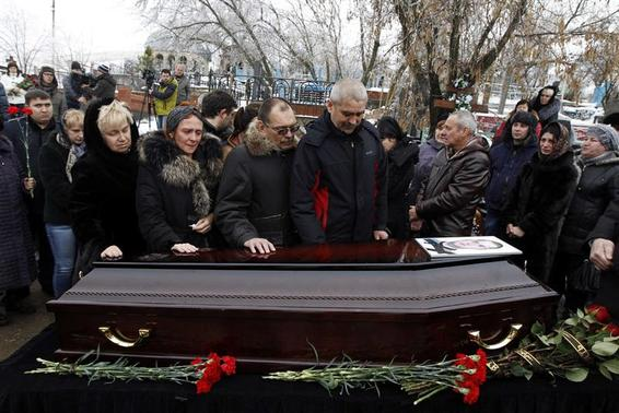 Relatives gather around the coffin of a victim of an explosion at a funeral in Volgograd December 31, 2013. REUTERS/Vasily Fedosenko